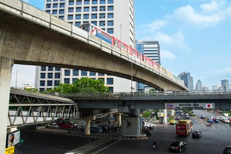 ponte giapponese: Bangkok, Thailandia - 12 marzo 2016: La Messa Transit System Bangkok (BTS). Questo è il migliore e il modo più conveniente per viaggiare a Bangkok. Thai - Ponte giapponese.