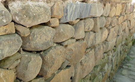 Muur van ruwe stenen.