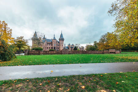 Castle de Haar in the netherlands with big tree in foreground 新聞圖片
