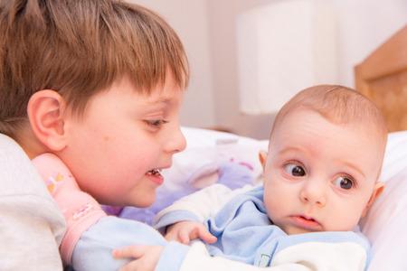 hijos: De seis años de edad del niño que comparte momentos tiernos y cariñosos con sus seis hermana el mes de edad bebé.