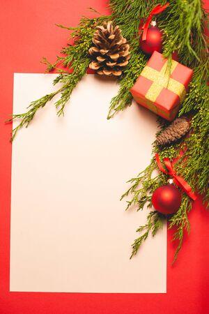 Composición festiva sobre un fondo rojo. Plantilla con lugar para texto.