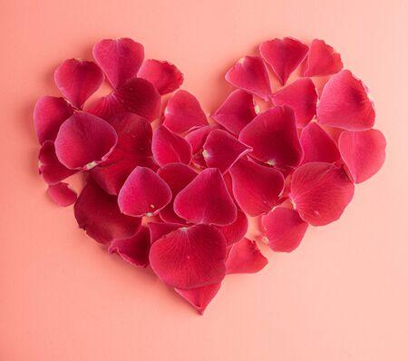 Il cuore è rivestito con petali di rosa. Foto per cartoline. Archivio Fotografico