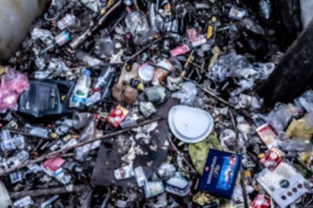 Haufen von Müllfoto unscharf. Das Konzept der Verschmutzung durch Hausmüll. Standard-Bild