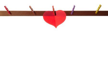 Rote Papierherzen auf Wäscheklammern auf weißem Hintergrund. Valentinstag-Konzept.