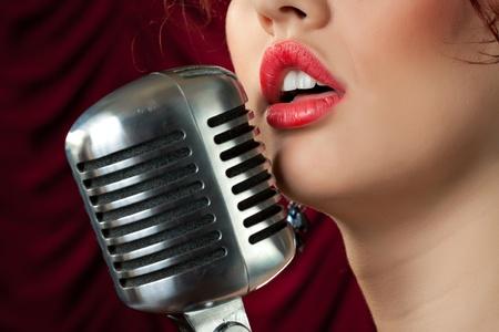 persona cantando: mujer con labios rojos cantando en cosecha micr�fono