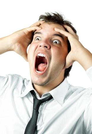 male headache: trabajador de oficina joven loca por estr�s gritos aislados en blanco