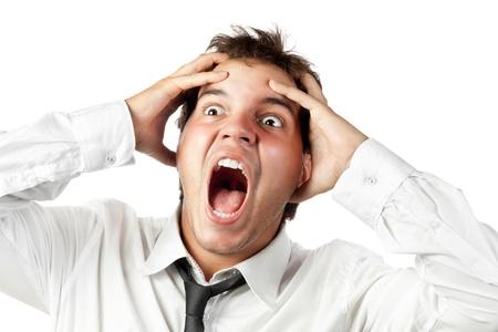 trabajador de oficina joven loca por estrés gritos aislados en blanco Foto de archivo