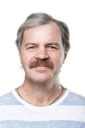 bigote: Retrato de hombre sonriente alegre madura aisladas sobre fondo blanco Foto de archivo