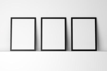 白い棚の上の 3 つの空白の黒の写真フレーム