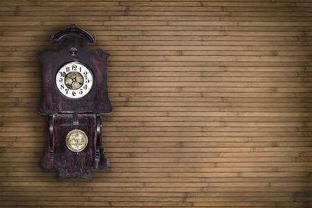 reloj de pendulo: reloj de p�ndulo de edad en el fondo de la pared de madera Foto de archivo