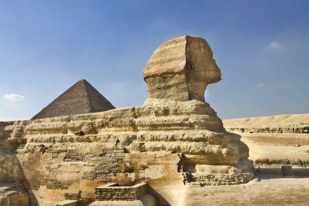 sphinx: Estatua de la Esfinge en la meseta de Giza