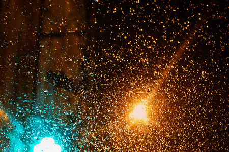precipitaci�n: Resumen borrosa fondo de las luces de la noche detr�s del vidrio mojado