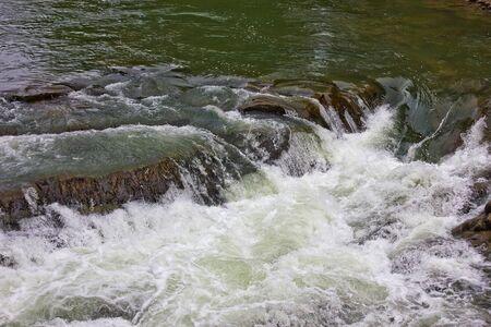 Waterval op de Prut-rivier in de Oekraïense Karpaten. Water close-up