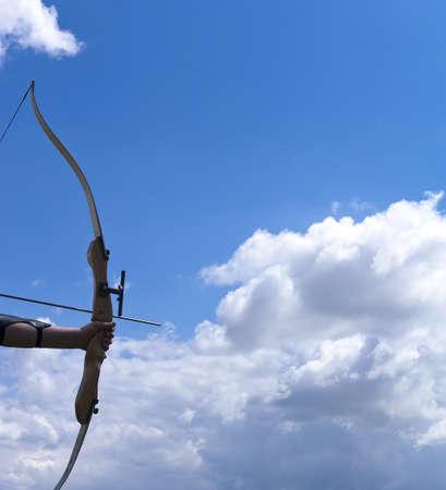 arco y flecha: Detalle de un arco y flecha.