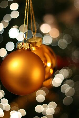 Christmas golden ball with a light blur creating bokeh in the background, natural zoom effect Banque d'images