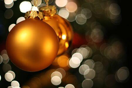 ecard: Natale d'oro con una palla di luce bianca di sfocatura creare Bokeh in background
