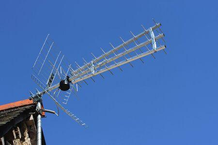 terrestre: Televisione digitale terrestre antenna, nel corso di un cielo blu Archivio Fotografico
