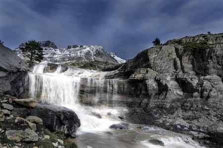 Cascada en el barranco de Igüer - Cordillera de Aisa, Pirineo de Huesca Foto de archivo - 78065598