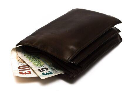 Oude lederen portefeuille met de Britse bankbiljetten op een witte achtergrond Stockfoto