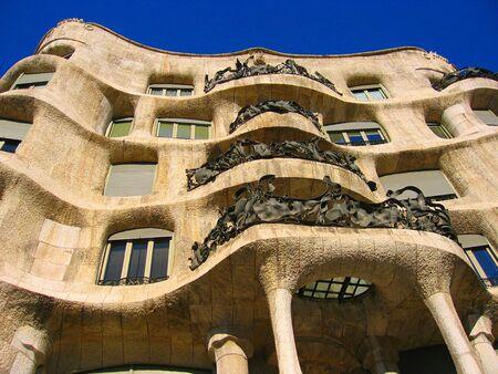 casa: Casa Milà (La Pedrera) in Barcelona, designed by Antoni Gaudí.