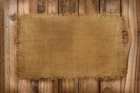 コピースペース付きの木製テーブル上のバーラップ材料の素朴な背景 写真素材