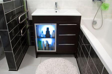 artigos de higiene pessoal: Bathroom cabinet with toiletries in modern interior