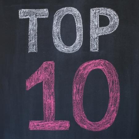 """numero diez: Palabra """"Top 10'' escrito por una tiza en una pizarra"""