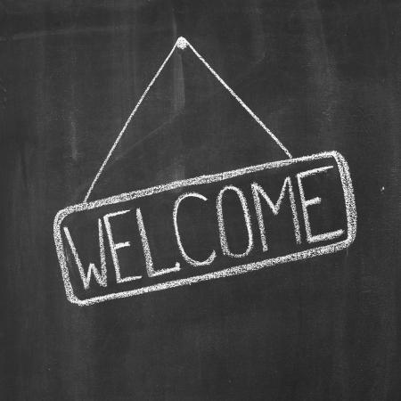 """welcome sign: Parole """"Bienvenue"""", �crit par une craie sur un tableau noir Banque d'images"""
