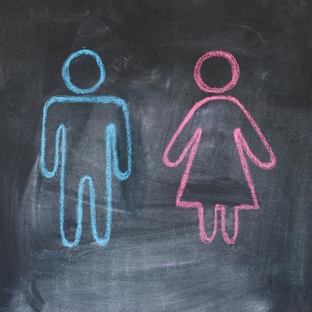 dessin craie: Les chiffres de l'homme et la femme sur un dessin � la craie tableau noir, Banque d'images