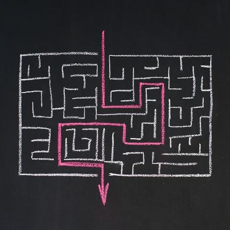 doolhof: Weg naar de uitgang in het doolhof, getekend op een schoolbord Stockfoto