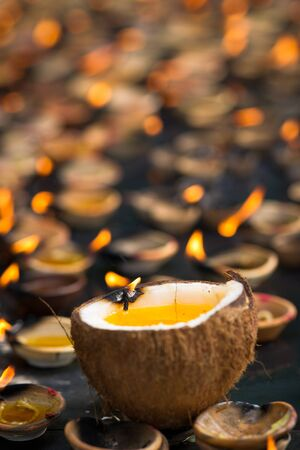 an oil lamp: Luces de velas de aceite muchos