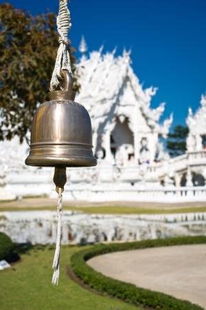 unconventional: Bell in bianco tempio Wat Rong Khun. Wat Rong Khun � un moderno tempio buddista convenzionale a Chiang Rai, provincia di Chiangmai, Thailandia. � stato progettato in colore bianco. Archivio Fotografico