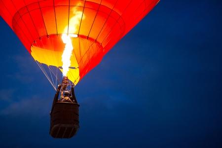 Balloon: Air bóng trên bầu trời đêm