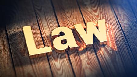 """edicto: La palabra """"Ley"""" se alinea con letras de oro sobre tablas de madera. imagen 3D ilustración"""