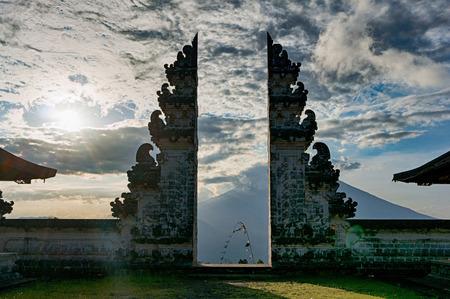 Gespleten gateway die candi bentar in de acient Balinese tempel Pura Luhur Lempuyang wordt genoemd, met stratovolcano Gunung Agung op de achtergrond, Bali, Indonesië