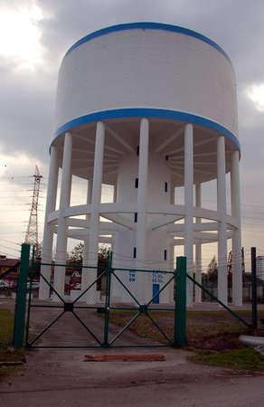 dep�sito agua: Tanque de agua elevado uso de agua para abastecer a cerca de la ciudad