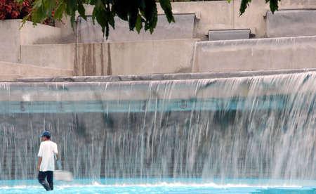 public park: piscina en el parque p�blico con el agua cae en cascada