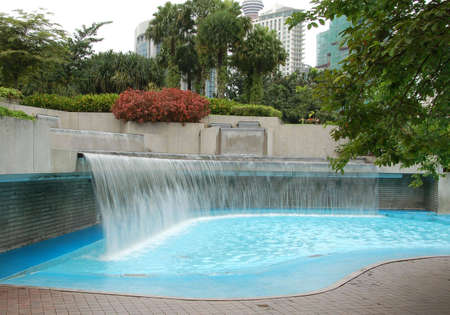 public park: Vadeando piscina en parque p�blico con el agua cae en cascada