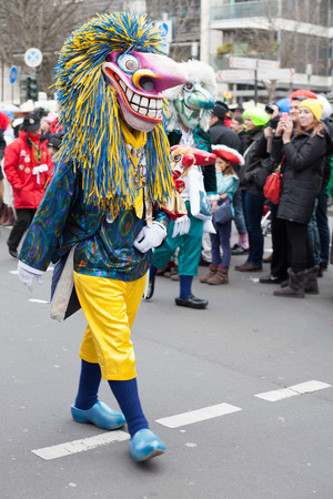 sonntag: Colonia, Alemania - 02 de marzo 2014 Carnaval 2014 Persona vistiendo traje de carnaval y caminar en el desfile de carnaval llamado Schull-und Veedelsz�ch Algunos espectadores en el fondo, los ni�os inclusive