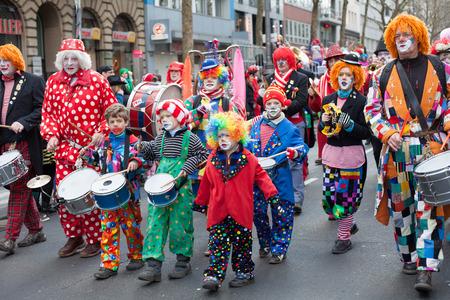sonntag: Colonia, Alemania - 02 de marzo 2014 Carnaval 2014 En frente de la procesi�n de carnaval llamado Schull-und Veedelsz�ch lleg� un grupo de ni�os, mujeres y hombres para celebrar el carnaval Algunos espectadores en el fondo, los ni�os inclusive Editorial