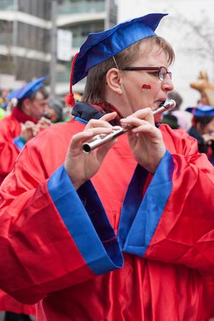 sonntag: Colonia, Alemania - 02 de marzo 2014 Carnaval 2014 Capturado en movimiento Mujeres toca una flauta en un desfile de carnaval llamado Schull-und Veedelsz�ch Algunos espectadores en el fondo, los ni�os inclusive Editorial