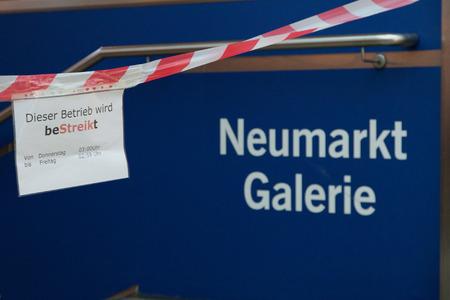 relaciones laborales: Colonia, Alemania - 27 de marzo 2014 tabla Información en una estación de metro nudo de Neumark de la huelga La huelga fue organizada por ver di Ellos son un gran sindicato alemán con 2 2 millones de miembros Editorial
