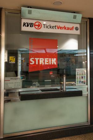 relaciones laborales: Colonia, Alemania - 27 de marzo 2014 Signo en una tienda de entradas sobre la huelga La huelga fue organizada por ver di Ellos son un gran sindicato alem�n con 2 de 2 millones de miembros