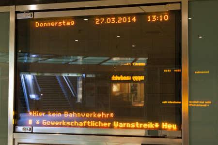 relaciones laborales: Colonia, Alemania - 27 de marzo 2014 la tabla de informaci�n en una estaci�n de la huelga La huelga fue organizada por ver di Ellos son un gran sindicato alem�n con 2 2 millones de miembros Editorial