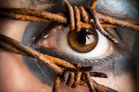 ojos marrones: Ojos y las l�grimas con alambre de p�as
