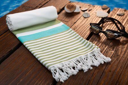Serviette en coton turc hammam tissé à la main sur fond de bois