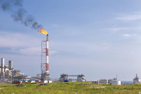 Die LNG-Pflanze auf Sachalin, Rauch aus den Schornsteinen am Himmel Editorial