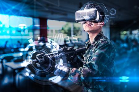 La imagen abstracta del soldado utiliza unas gafas de realidad virtual para el entrenamiento de simulación de combate superpuestas con el holograma. el concepto de holograma virtual, simulación, juegos, internet de las cosas y vida futura. Foto de archivo