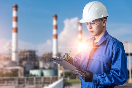 Das abstrakte Bild des Ingenieurs, der im Kraftwerk während des Sonnenaufgangs schreibt. das Konzept von sauberer Energie, futuristisch, industrial4.0 und Internet der Dinge.