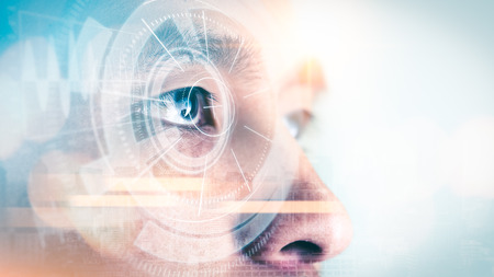Das Doppelbelichtungsbild des Geschäftsmannes, der während Sonnenaufgangüberlagerung mit Stadtbildbild und futuristischem Hologramm aufblickt. Das Konzept des modernen Lebens, der Technologie, des Iris-Scanners und des Internets der Dinge